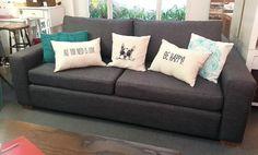 Sofá cubo 200x90 tapizado en Oxford, con asiento de placa soft y patas de madera.