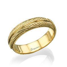 Un anneau très unique et mariage en or jaune 14 k avec une texture délicate feuille partout dans l'anneau. La texture de lanneau est de lor mat et or étincelant ligne. Lanneau est avec pleins dor et pas creux. Cette bague peut correspondre aux deux sexes.  Mesures ; Bague en tailles disponibles : toutes les tailles. Largeur au sommet de la bague: 4. 8 mm Largeur en bas : 4,8 mm. Hauteur au-dessus du doigt : 1,6 mm.  Commander cette bague aujourdhui avec son préféré en métal précieux (or…