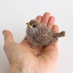 Baby realistisch Vogel Faser Kunst Sperling A cute young sparrow. It is hand-crocheted from Shetland Art Au Crochet, Crochet Birds, Hand Crochet, Crochet Toys, Crochet Unique, Alpaca Wool, Sheep Wool, Baby Sparrow, House Sparrow