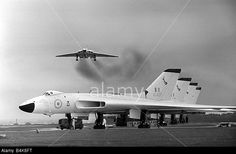 Avro Vulcan bomber july 1963 - line up at RAF Wittering Military Jets, Military Aircraft, Air Fighter, Fighter Jets, Vickers Valiant, V Force, War Jet, Avro Vulcan, Delta Wing