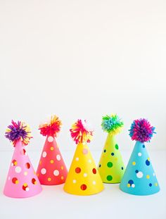 Don't buy those tacky paper party hats at the store when you can make your own easily. These DIY Pom Pom Party Hats will be the hit of your child's birthday party this year. Kids Crafts, Hat Crafts, Summer Crafts For Kids, Projects For Kids, Diy Party Hats, Birthday Diy, Birthday Outfits, Birthday Hats, Funny Birthday