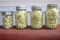 Dried leeks ready to store.Learn how to dehydrate leeks from cleaning to cutting… Leek Recipes, Carrot Recipes, Raw Food Recipes, Fruit And Veg, Fruits And Veggies, Vegetables, Canning Recipes, Jar Recipes, Freezer Recipes