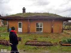 Один из домов из соломенных блоков в Фриланд (Friland) в Дании с зелёной крышей. На их сайте можно найти ещё много натуральных домов: [www.dr.dk/DR2/Friland]. Спасибо Карен Элиот (Karen Eliot) за это фото.