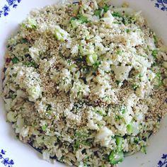 Insalata di riso integrale con broccoli, cavolfiore, anacardi, maionese vegetale, un pizzico di senape antica e una spolverata di sesamo.