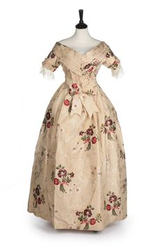 Evening dress, silk From Kerry Taylor Auctions Fripperies and Fobs 18th Century Dress, 18th Century Fashion, 19th Century, Historical Costume, Historical Clothing, Historical Dress, Victorian Fashion, Vintage Fashion, Old Dresses