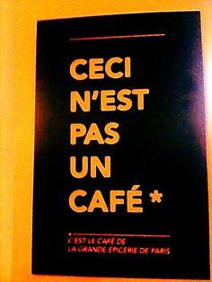 Bord in een café in Parijs #Verhalensafari #Verhalenvanverwarring