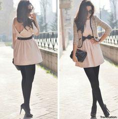 Look con vestido corto color rosa pastel y medias negras