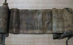 Rollo del Libro de Ester, Fez, siglo XIII o XIV. Preservado en el Museo de Artes y Civilizaciones, París. Tradicionalmente, el rollo del Libro de Ester cuenta con un único rodillo o cilindro que, antes de comenzar la lectura del texto, se encuentra posicionado sobre el lado izquierdo del lector