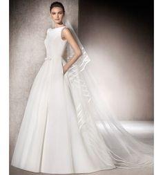 Vestido de novia liso en garza valentina con cuello redondo y escote a la espalda