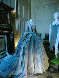 Versaille -- collections de vêtements du XVIIIe siècle __ Le Divan Fumoir Bohémien __  http://www.chateauversailles.fr/les-actualites-du-domaine/evenements/evenements/expositions/le-xviiie-au-gout-du-jour/mode/en-savoir-plus-sur-lexposition-1