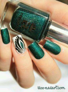Green glitter white and black nailart