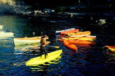 Hombre ordenando kayaks by gabi.goni
