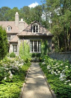 a path of white flowers to the front door     Designer William B. Litchfield / path // Green Home