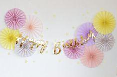 可愛い柄もののペーパーファンもラッピングペーパーで簡単に作れます!無地と組み合わせて更に可愛いデコに! Rapunzel Birthday Party, Baby Girl 1st Birthday, Gold Birthday Party, 1st Birthday Girls, Balloon Gift, Balloon Garland, Balloons, Diy Birthday Backdrop, Birthday Party Decorations