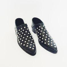 Borja babuchas con el toque justo de tachas para el toque justo de estilo . . Shop Online latrapatienda.cl . . #babuchas #rockershoes #style #zapatos #mules #zapatosdemujer #moda #modamujer #lastchance #allyear #hehoenchile