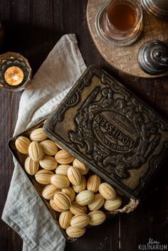 Oreshki (oder Zaubernüsse) sind kleine Mürbteignüsse, gefüllt mit einer Creme aus Butter, Karamell und Nüssen. Sündhaft lecker