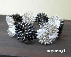 Márti kreatív oldala (Márti's Creative Page): Fekete-fehér köralakú spirálmintás karkötő Twin gyöngyökkel - saját tervezés (Black and white circular spiral pattern bracelet with Twin beads - my own design)