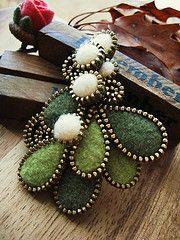 http://the-w-s.blogspot.com/2011/02/feltzipper-crafts.html