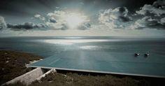 No topo de uma casa, esta piscina com borda infinita se integra �s �guas do Mar Egeu. A morada com 198 m� fica em em um terreno rochoso da ilha grega de Tinos e tem projeto assinado pelo escrit�rio Kois Associated Architects