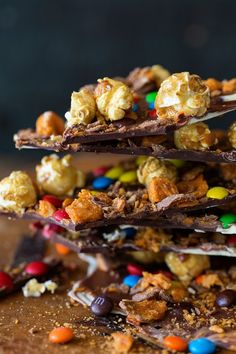 Caramel Popcorn Candy Bark via Bakers Royale Mince Recipes, Candy Recipes, Appetizer Recipes, Dessert Recipes, Appetizers, Mini Desserts, Candy Popcorn, Candy Bark, Chocolate Bark