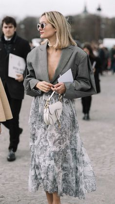 How to pull off a blazer this fall wearing a neutral fall blazer and leather boots Casual Street Style, Look Street Style, Street Chic, Danish Street Style, Paris Street Fashion, Seoul Fashion, London Fashion, Winter Fashion Street Style, Fashionista Street Style
