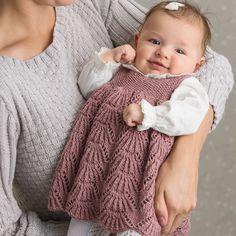 Kamskjellkjolen i Dus Gammelrosa, kjøp den som strikkepakke hos HoY. Baby Cardigan, Knit Baby Dress, Knitted Baby Clothes, Knitted Romper, Baby & Toddler Clothing, Baby Outfits, Cute Maternity Outfits, Baby Girl Dresses, Kids Outfits