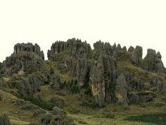 Cumbemayo: El bosque de piedras Al suroeste de Cajamarca podemos visitar la zona arqueológica de Cumbemayo donde aún quedan vestigios de un acueducto pre-inca, petroglifos y cuevas secretas. Estudios sugieren que fue un centro ceremonial dedicado al culto del Agua. La erosión le ha conferido a una de sus zonas rocosas, la forma de un bosque como se puede apreciar en la foto cortesía de Jorge Gobbi (https://www.flickr.com/…/336423…/in/album-72157615237517776/)