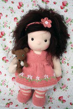 I LOVE the dress!!!!!!!!!!! Maggy11 by Darling Waldorf Dolls, via Flickr Knitted Dolls, Felt Dolls, Doll Toys, Rag Dolls, Doll Clothes Patterns, Doll Patterns, Lilly Doll, Doll Maker, Waldorf Dolls