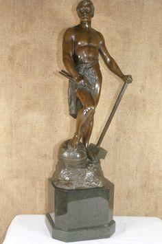 Hochwertige Bronzeskulptur von Müller - Crefeld, exzellenter Zustand... Große, schwere Bronze von Adolf Müller - Crefeld, 1863 Krefeld -1934 Berlin.  Schmied auf einer Weltkugel , gestützt auf seinem Hammer, mit der rechten Hand die Zange haltend.  Ausgezeichnete Arbeit, hochwertiger Guss, sehr schöne zweifarbige Patina.  Müller -  Crefeld studierte an der Akademie in Antwerpen und war anschließend tätig als Bildhauer in Berlin.  Diese Skulptur ist insgesamt 49 cm hoch und wiegt 8,5 Kg.