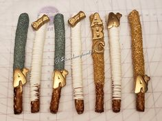 Graduation themed chocolate covered pretzels!!! Chocolate Pretzel Rods, Chocolate Covered Treats, Chocolate Covered Marshmallows, Oreo Treats, Pretzel Dip, Recipe For Mom, Oreos, Holiday Baking, Dessert Table