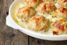 Le polpette di pollo con salsa al formaggio sono un secondo piatto perfetto per una cena in famiglia. Ecco come prepararle