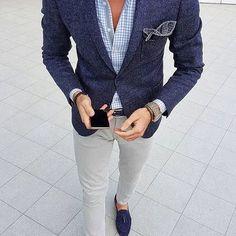 Acheter la tenue sur Lookastic: https://lookastic.fr/mode-homme/tenues/blazer-chemise-a-manches-longues-pantalon-chino/21089 — Chemise à manches longues en vichy bleue claire — Pochette de costume á pois bleu marine — Blazer en laine bleu marine — Pantalon chino gris — Mocassins à pampilles en daim bleus marine