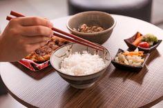 Dicas de etiqueta de como usar hashi Grains, Rice, Oriental, Food, Chopsticks, Gastronomia, Recipes, Ideas, Japanese Food Recipes