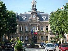 A market is held in the car park in front of the town hall every Friday & Tuesday. Mairie, Anzin, Valenciennes. Un marché se tient sur le parking en face de l'hôtel de ville tous les vendredis et mardis.