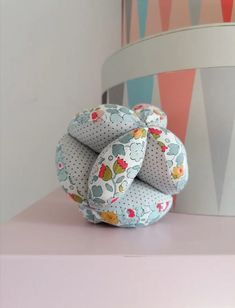 Tuto pour faire une balle de préhension Montessori - Marie Claire Baby Couture, Couture Sewing, William Jacobs, Fabric Dolls, Baby Sewing, Baby Love, Baby Car Seats, Marie Claire, Craft Projects