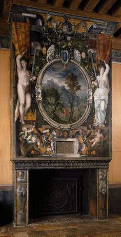 Chambre d'Anne de Montmorency Cheminee peinte, 3) La réconciliation avec Esaü pourrait symboliser la faveur royale retrouvée sous Henri II, en 1547. Le médaillon central, peint comme un cadre en trompe l'oeil, fait la part belle au paysage; il se détache sur le fond d'or imitant les mosaïques récurrent sur les 12 cheminées du château et entre deux figures tenant chacune l'épée du Connétable d'Anne de Montmorency et soulevant des rideaux ornés des alérions de son emblématique.