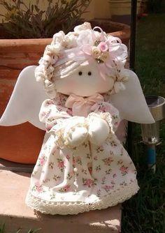 Anjinha em tecido floral ... Com terço em mãos ...