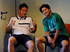 右:内田 篤人(うちだ あつと、1988年3月27日 - )は、静岡県田方郡函南町出身のプロサッカー選手。ブンデスリーガ・シャルケ04所属。ポジションはDF(右サイドバック)。日本代表。  左:吉田 麻也(よしだ まや、1988年8月24日 - )は、長崎県長崎市出身のプロサッカー選手。プレミアリーグ・サウサンプトンFC所属。ポジションはディフェンダー(センターバック)。日本代表。