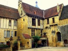 14th C. medieval house in Sarlat, in the Dordogne department in Aquitaine. Sarlat is one of the most attractive & alluring towns in SW France. - Stone-built houses were seen as a more costly, but more prestigious construction method above traditional timber frame, wattle and daub construction.