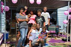 """Das Haus von Lisas Familie auf Hawaii ist bunt und chaotisch, Lisas Baby wandert von Arm zu Arm, junge Mütter sind hier nichts Besonderes. Die Abhängigkeit von ihren Eltern und die schlimmen Erfahrungen mit Männern machen der jungen Mutter dennoch zu schaffen: """"Ich habe eher das Gefühl, ich bin ein Kind. Ich habe nicht das Gefühl, dass ich eine erwachsene Frau bin mit drei Kindern.""""  Seit sechs Jahren begleitet die Filmemacherin Cornelia Grünberg die vier Teenager-Mütter."""