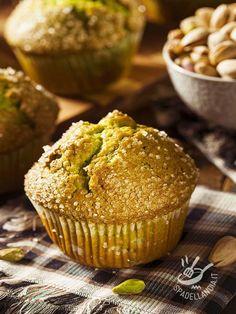 I Muffins ai pistacchi sono una ricetta delicatissima e molto originale, ideale da proporre a un brunch con amici amanti della buona tavola!