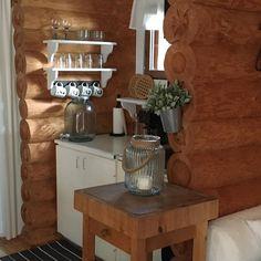 """@neljantalontarinoita on Instagram: """"Rantamökin pikkuruinen keittiö on todellinen kierrätyskeittiö. Lähes kaikki kaapit, hyllyt ja tarvikkeet on kierrätetty kotoa tai…"""" Entryway Tables, Furniture, Instagram, Home Decor, Decoration Home, Room Decor, Home Furnishings, Home Interior Design, Home Decoration"""