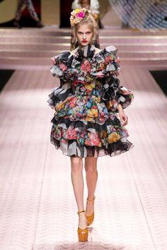 Dolce & Gabbana Spring 2019 Ready-to-Wear Fashion Show Collection: See the complete Dolce & Gabbana Spring 2019 Ready-to-Wear collection. Look 116 Style Haute Couture, Couture Fashion, Runway Fashion, High Fashion, Spring Fashion, Women's Fashion, Floral Fashion, Colorful Fashion, Fashion Dresses