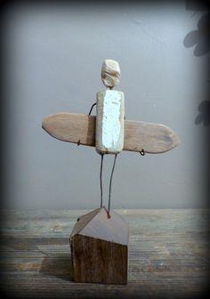 Création surf art en bois flottés et métal, statuette de surfeur : Sculptures…