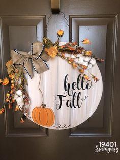 Fall Door Decorations, Diy Halloween Decorations, Halloween Fall Crafts, Diy Halloween Wreaths, Outdoor Fall Decorations, Vintage Halloween, Pumpkin Door Hanger, Pumpkin Wreath, Fall Door Hangers