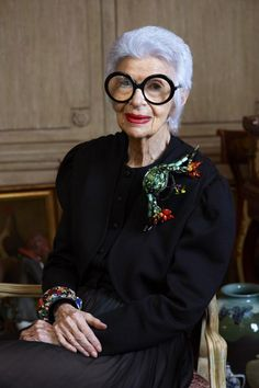 La Petite Anglaise looks at Iris Apfel, nonogenarian New Yorker, front row veteran, jewellery designer and true style icon. Iris Fashion, Look Fashion, Trendy Fashion, Womens Fashion, Fashion Design, Trendy Style, Fashion 2017, Couture Fashion, Fashion Online