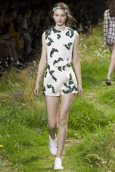 See the complete Moncler Gamme Rouge Spring 2016 Ready-to-Wear collection.