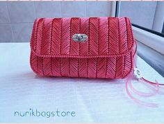 Discover thousands of images about Crochet Clutch, Crochet Handbags, Crochet Purses, Barn Wood Crafts, Canvas Purse, Diy Purse, Candy Bags, Plastic Canvas Patterns, Needle And Thread