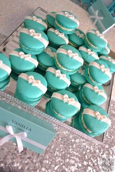 Great idea to decorate macaroons/cookies/cupcakes for a shower with a TIFFANY blue theme. Tiffany E Co, Tiffany Theme, Tiffany Co Party Ideas, Tiffany Jewelry, Breakfast At Tiffanys Party Ideas, Tiffany Blue Party, Tiffany Wedding, Bridal Shower Breakfast At Tiffanys, Tiffany Sweet 16