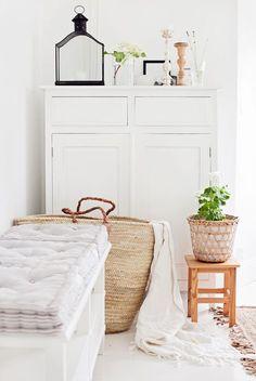 VIZUÁLIS TÉRNYERÉS MESTERFOKON!  Nagyítsd meg otthonod, ha fizikailag nem is, de legalább vizuálisan! A szokásos fapadló, hajópadló vagy szőnyegpadló helyett alkalmazz fehér padlóburkolatot! Ezzel szobád végtelennek, otthonod pedig szellősnek és tágasnak hat majd, még akkor is, ha egyébként imádod színes bútorokat és textúrákat. #lakberende